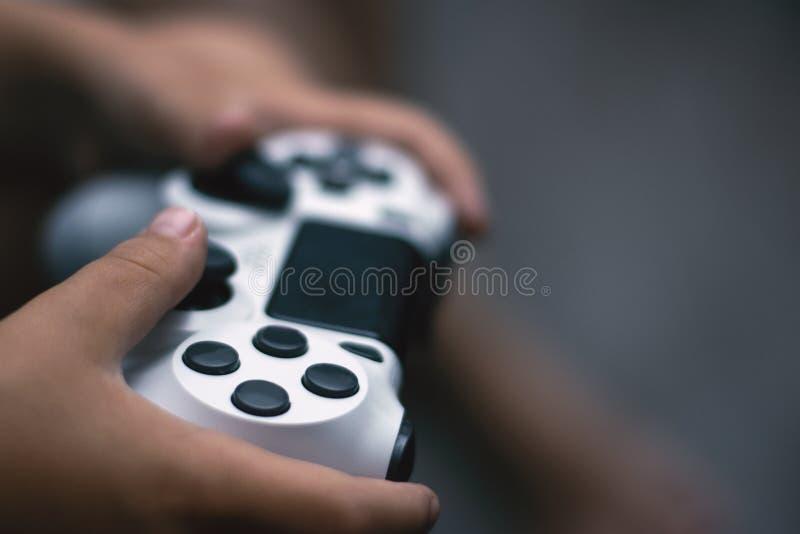 Palanca de mando en juego Primer de las manos que llevan a cabo el gamepad foto de archivo libre de regalías