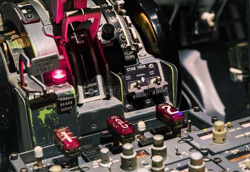Palanca del motor en la carlinga de un avión de pasajeros foto de archivo
