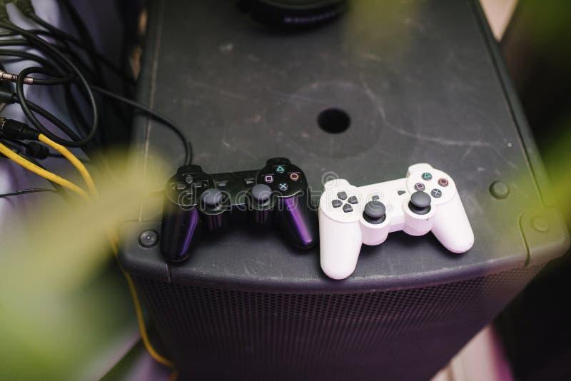Palancas de mando del juego de la mentira blanca y negra del color en el cierre de la videoconsola para arriba fotografía de archivo