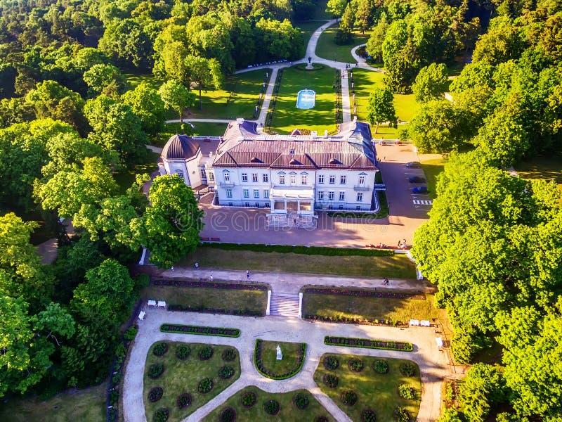 Palanga, Litauen: Luft-UAV-Ansicht von Amber Museum im formerTiskeviciai, Tyszkevicz-Palast umgeben durch Palanga stockbild