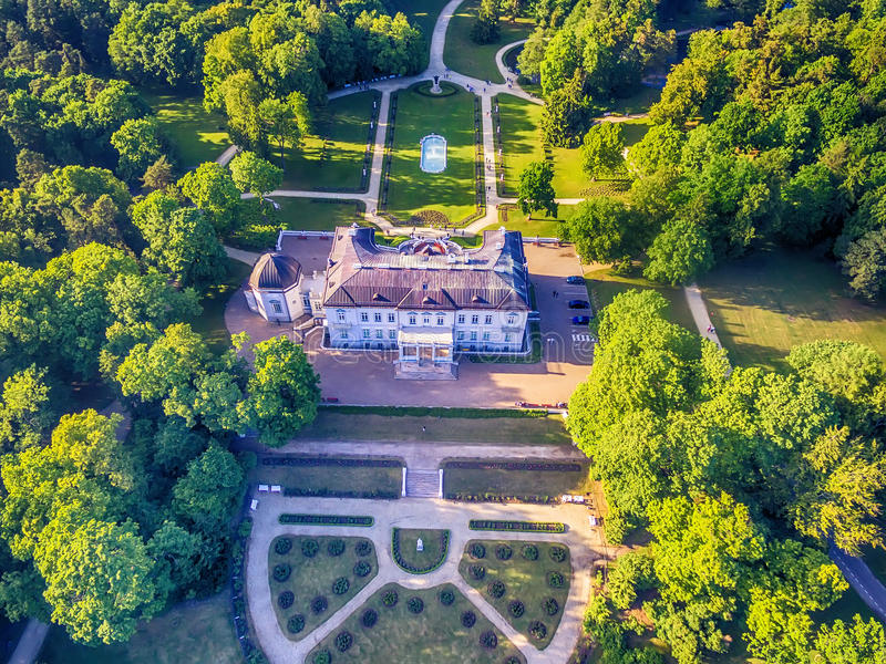 Palanga, Litauen: Luft-UAV-Ansicht von Amber Museum im formerTiskeviciai, Tyszkevicz-Palast umgeben durch Palanga stockfotografie