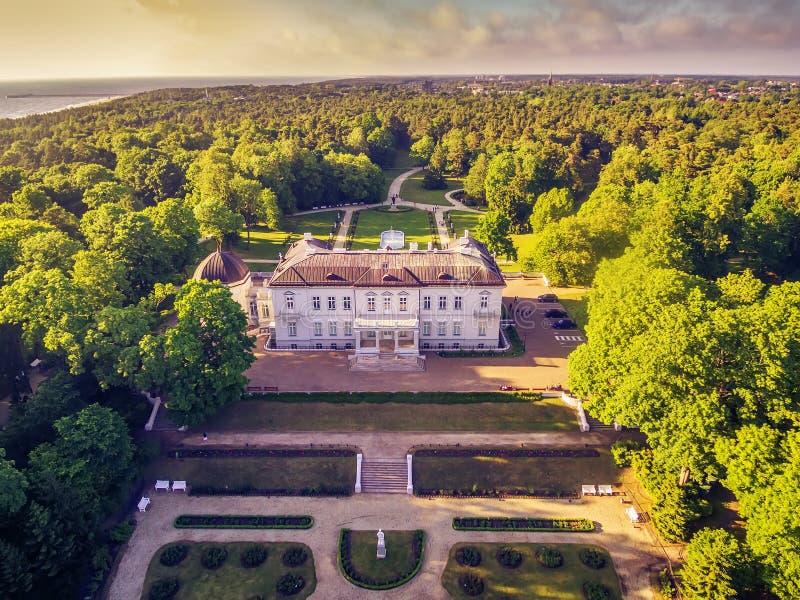 Palanga, Litouwen: luchtdieUAV mening van Amber Museum in formerTiskeviciai, Tyszkevicz-Paleis door Palanga wordt omringd stock fotografie