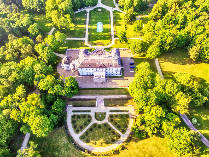 Palanga, Lituânia: opinião aérea do UAV Amber Museum no formerTiskeviciai, palácio de Tyszkevicz cercado por Palanga fotografia de stock