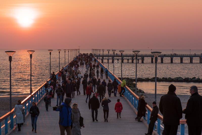 Palanga, Lituânia: Ponte do mar no por do sol imagens de stock