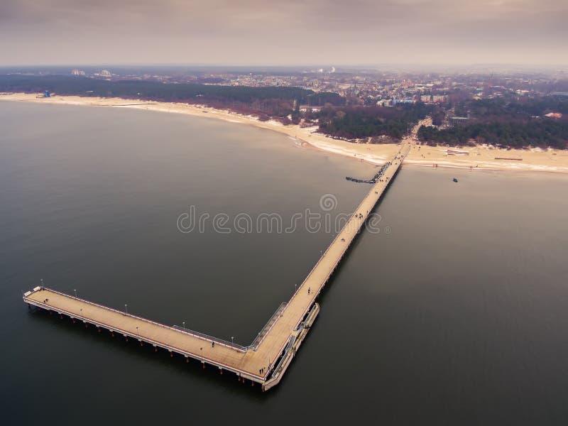 Palanga, Lituânia: vista superior aérea da ponte do mar fotos de stock royalty free