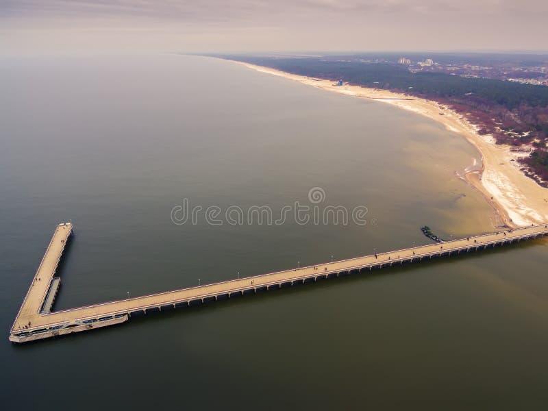 Palanga, Lituânia: vista superior aérea da ponte do mar fotos de stock