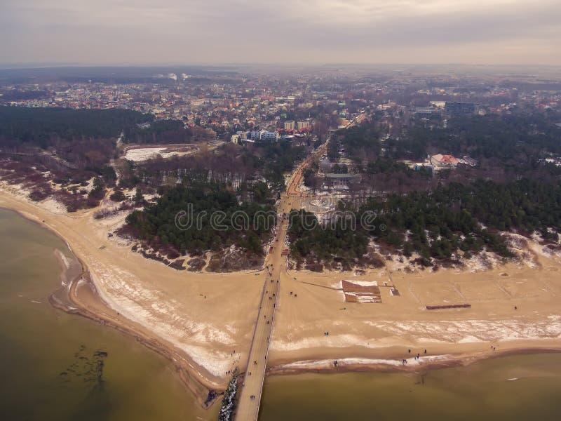 Palanga, Lituânia: vista superior aérea da ponte do mar fotografia de stock royalty free