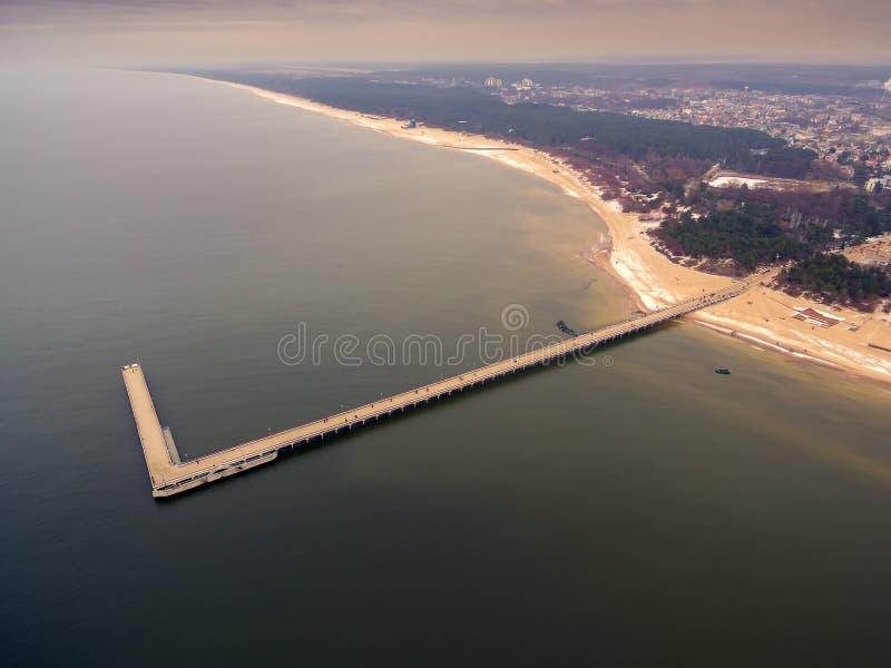 Palanga, Lituânia: vista superior aérea da ponte do mar imagem de stock royalty free