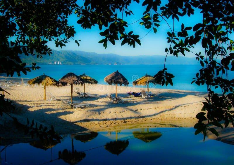 Palapa auf mexikanischem Strand stockbild