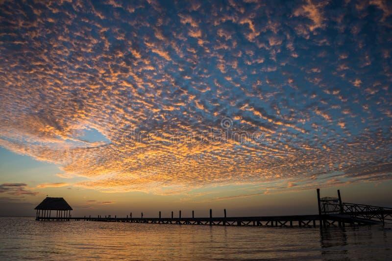 Palapa de madera del embarcadero que disfruta de puesta del sol en la isla de Holbox cerca de Cancun, fotos de archivo