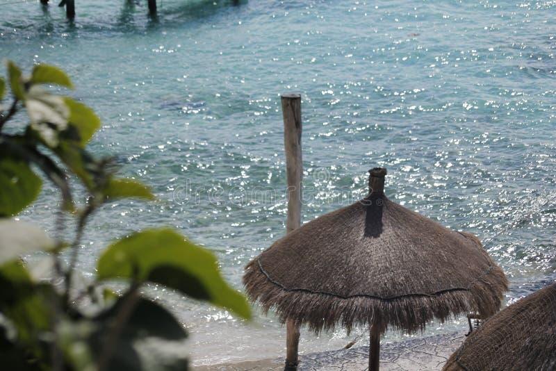 Palapa och pol på stranden på Isla Mujeres arkivbild