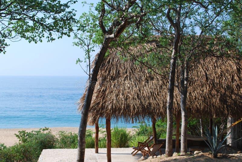 Palapa sopra il mare, Messico immagine stock