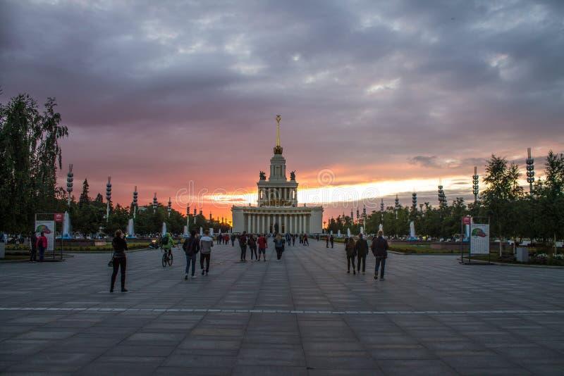 Palast der Ausstellung von Leistungen der Volkswirtschaftssommernacht Moskau Russland stockfotos