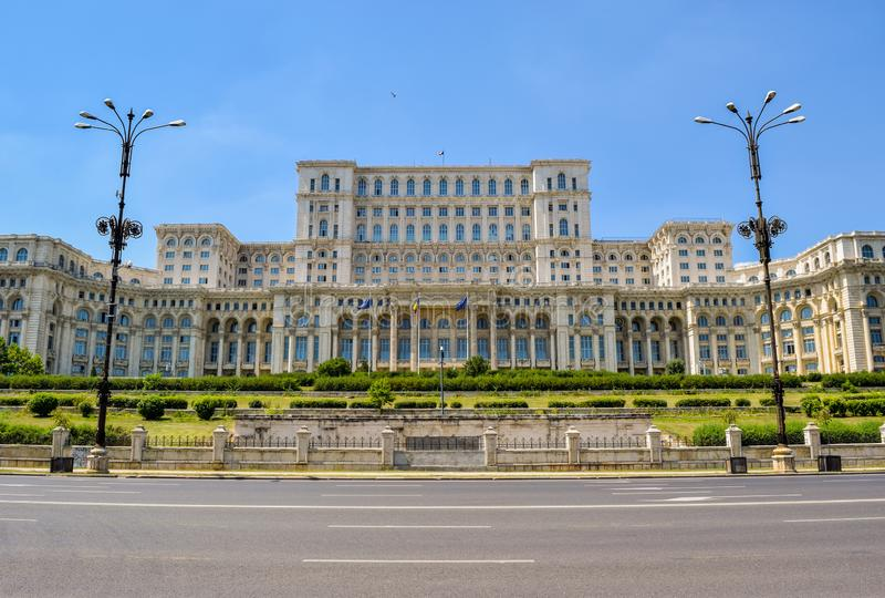 Palast des Parlaments Bucharest-Architektur unter drastischem Himmel lizenzfreie stockbilder