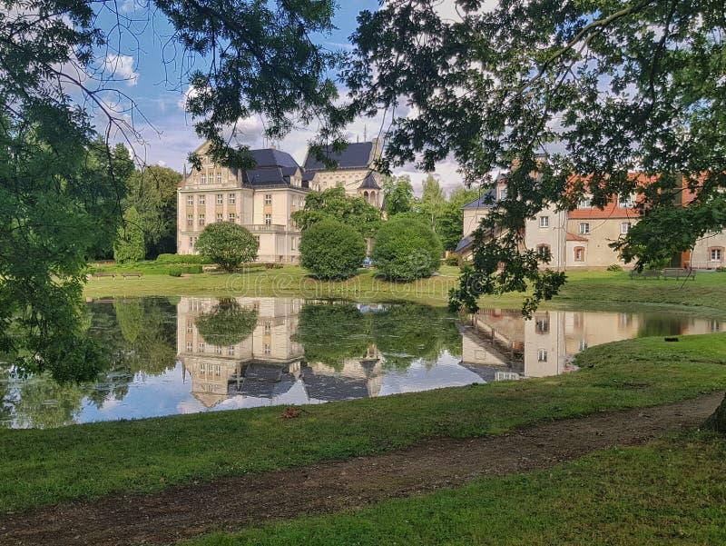 Palast durch das Wasser lizenzfreies stockfoto