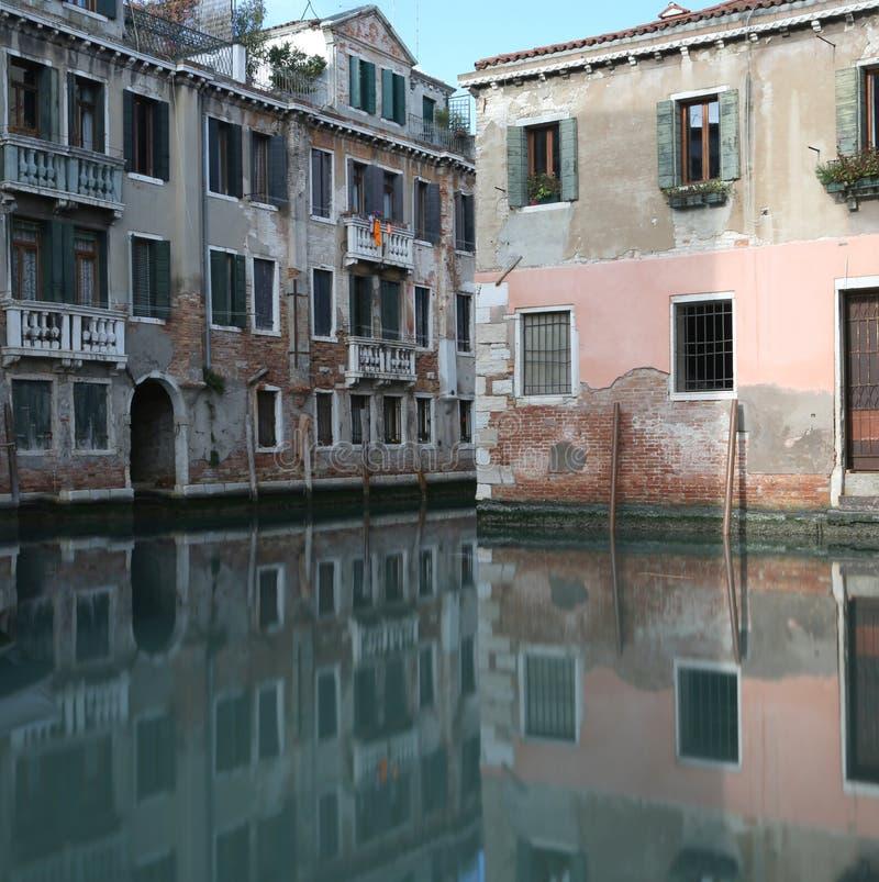 Palast mit der Reflexion auf dem Wasser des schiffbaren Kanals I lizenzfreie stockfotos