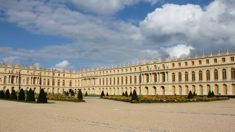 Palast- und Parkensemble in Frankreich Königliches Schloss mit schönen Gärten und Brunnen stockfoto
