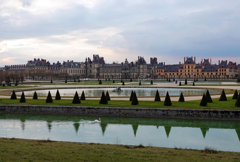 Palast von Fontainebleau in Frankreich bei Sonnenuntergang stockbild