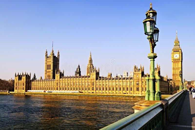 Palast von Westminster von der Brücke stockfotos