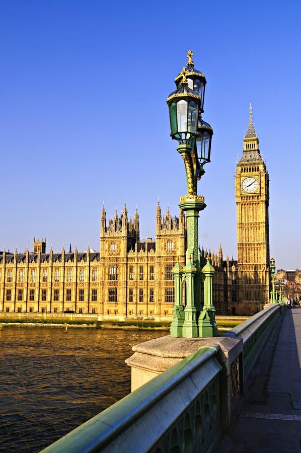 Palast von Westminster von der Brücke stockbilder