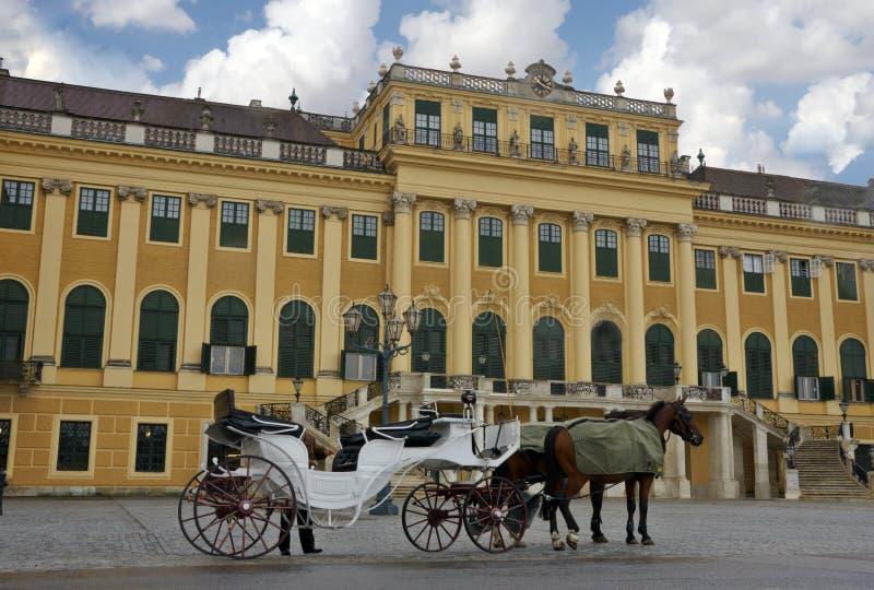 Palast in Wien mit einem Pferdewagen stockfotos