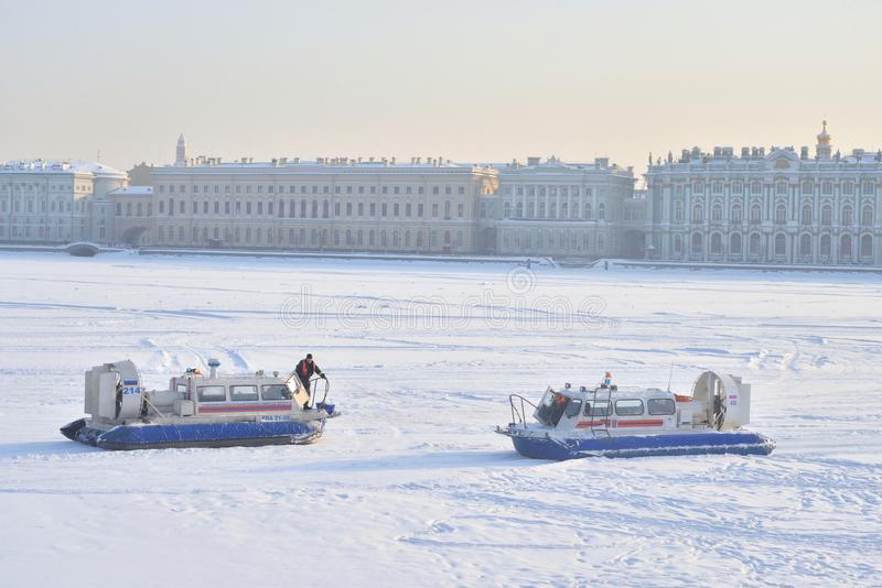 Palastdamm von Neva River am Winter lizenzfreie stockfotografie