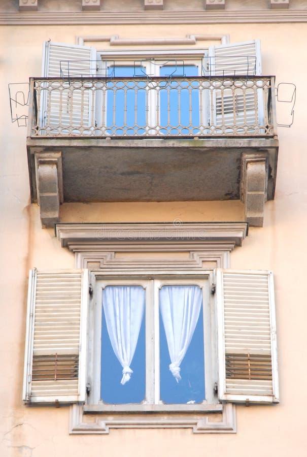 Palastfassade mit Fenstern lizenzfreies stockbild