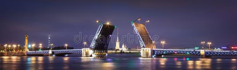 Palastzugbrücke in St Petersburg stockbild