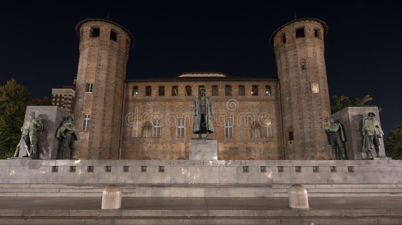 Palatine domine au fond de Palazzo Madama au centre du centre de ville, photographié la nuit, Turin Italie photo libre de droits