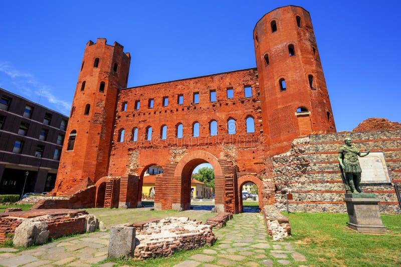 Palatinen står högt den forntida roman porten, Turin, Italien royaltyfri fotografi