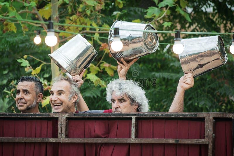 PALAU DE PLEGAMANS - AUGUSTI 28: Els Barlou teaterf?retag under Festa den viktiga lokala festligheten royaltyfria foton