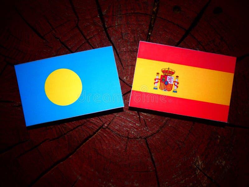 Palau señala por medio de una bandera con la bandera española en un tocón de árbol fotos de archivo libres de regalías