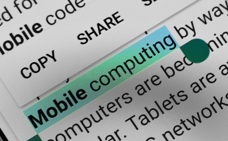 Palavra 'computação móvel 'selecionada e destacada digitalmente na tela de exposição móvel foto de stock royalty free