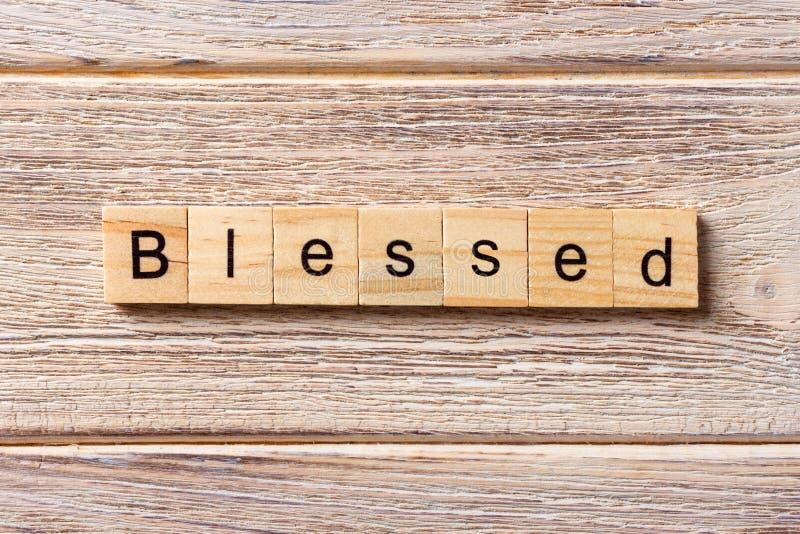Palavra abençoada escrita no bloco de madeira Texto abençoado na tabela, conceito foto de stock royalty free