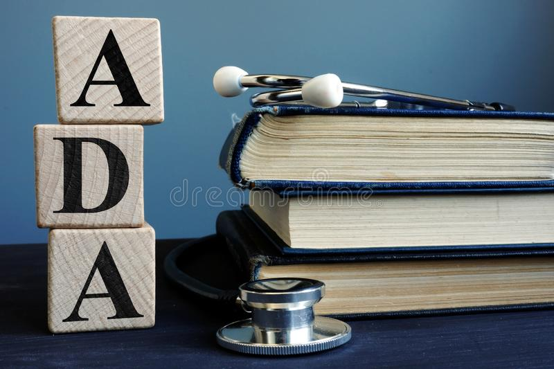 A palavra ADA Americans com inabilidades atua dos cubos foto de stock