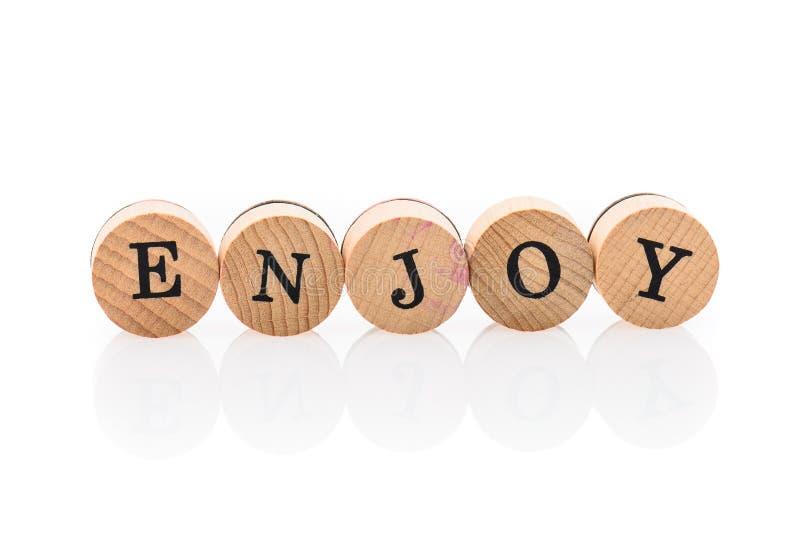 A palavra aprecia das telhas de madeira circulares com letras que as crianças brincam imagem de stock royalty free