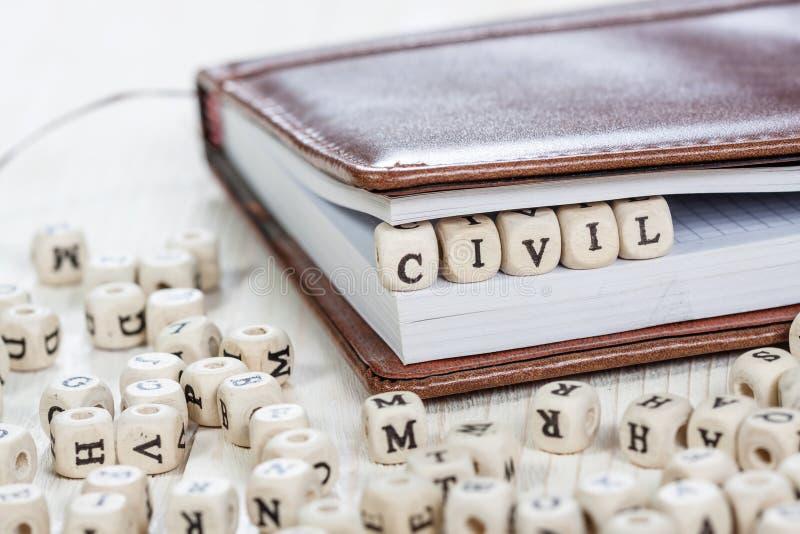 Palavra CIVIL na tabela de madeira velha fotografia de stock