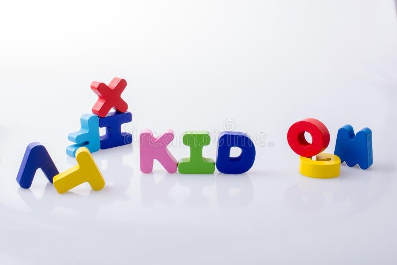 a palavra CRIANÇA escrita com blocos coloridos da letra fotografia de stock