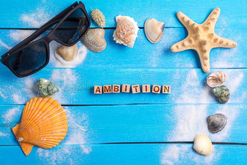 Palavra da ambição com conceito dos ajustes do verão foto de stock