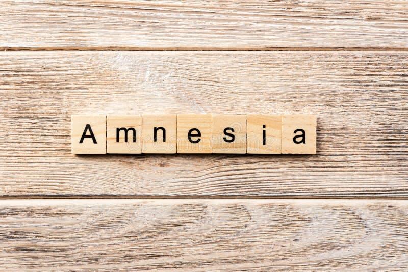 Palavra da amnésia escrita no bloco de madeira texto na tabela, conceito da amnésia fotografia de stock royalty free