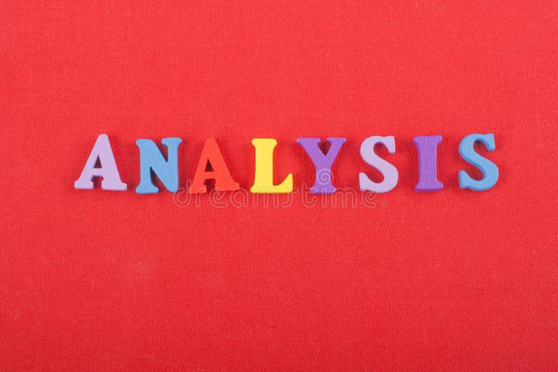Palavra da ANÁLISE no fundo vermelho composto das letras de madeira do bloco colorido do alfabeto do ABC, espaço da cópia para o  foto de stock royalty free
