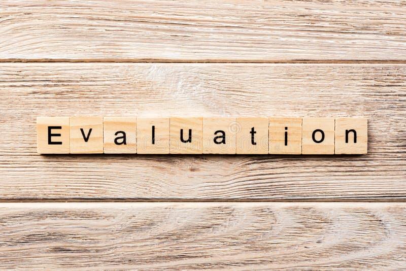 Palavra da avaliação escrita no bloco de madeira texto na tabela, conceito da avaliação imagem de stock