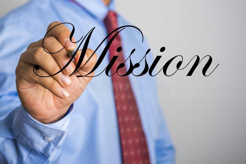 Palavra da missão da escrita do homem de negócios na tela virtual imagens de stock royalty free