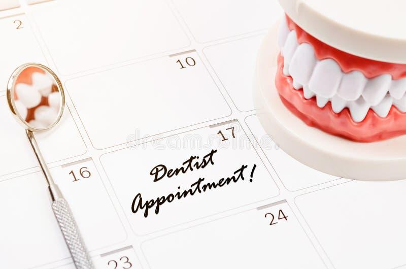 Palavra da nomeação do dentista na página do calendário fotos de stock