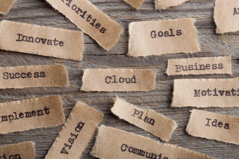 Palavra da nuvem em um fim do pedaço de papel acima, conceito moderno da tecnologia do negócio fotos de stock