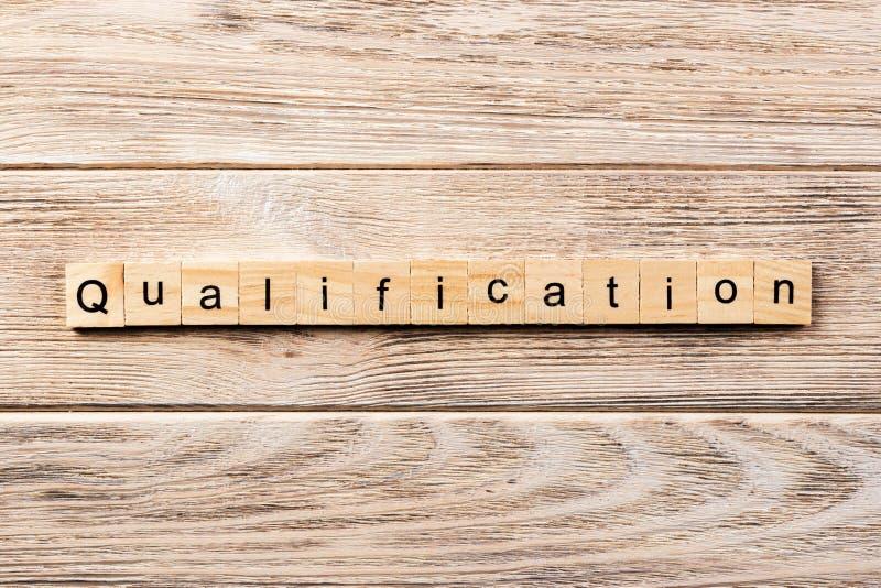 Palavra da qualificação escrita no bloco de madeira texto na tabela, conceito da qualificação fotografia de stock