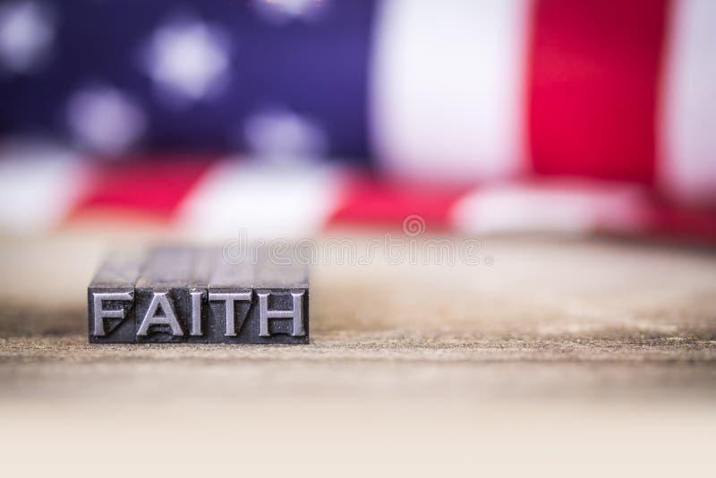 Palavra da tipografia do conceito da fé com bandeira americana fotografia de stock royalty free