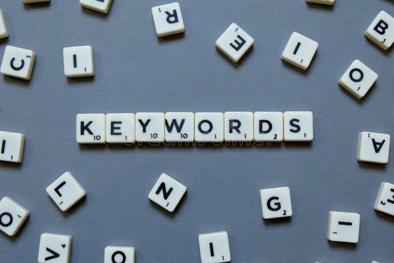 Palavra das palavras-chaves no fundo cinzento foto de stock
