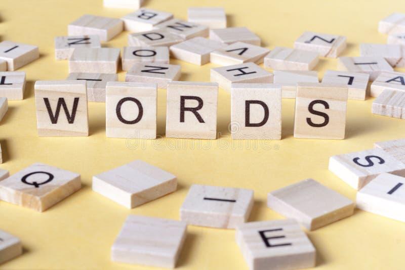 A palavra das PALAVRAS fez com letras de madeira do bloco ABC de madeira fotografia de stock royalty free