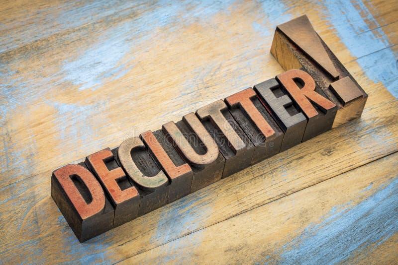 Palavra de Declutter no tipo de madeira imagens de stock